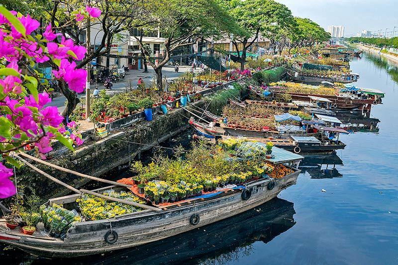 Chợ hoa Tết rực rỡ ở bến Bình Đông - VietNamNet