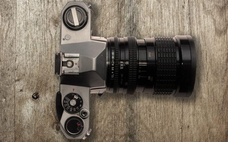Lens tele với khẩu độ lớn sẽ giúp mẫu nổi bật, tách bạch khỏi hậu cảnh phía sau dễ dàng hơn
